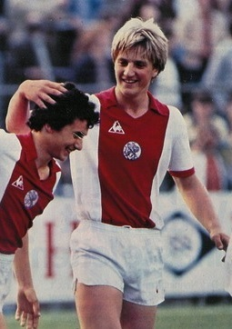 Ajax-1981-82-Le-coq-home-kit.jpg