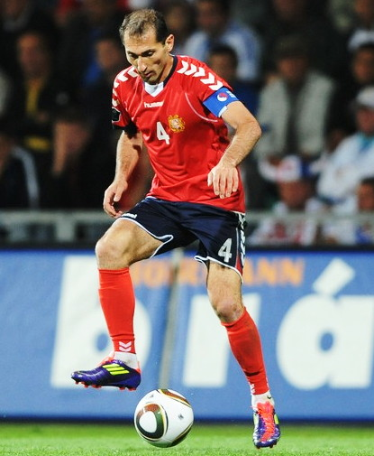 Armenia-11-12-hummel-home-kit-red-navy-red-2.jpg