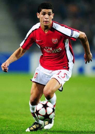 Arsenal-09-10-NIKE-first-kit-red-white-white-Denilson.jpg