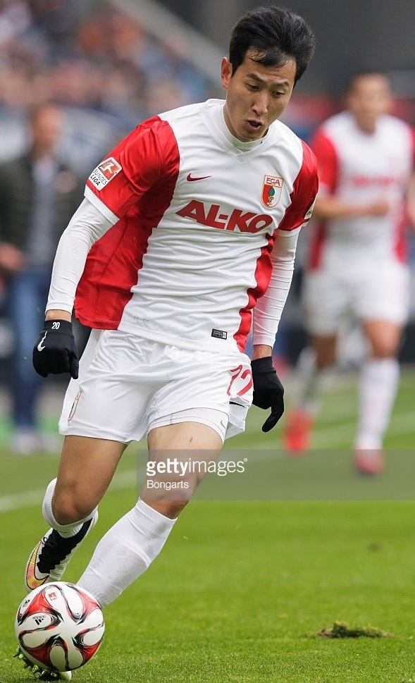 Augsburg-14-15-NIKE-home-kit-Ji-Dong-Won.jpg