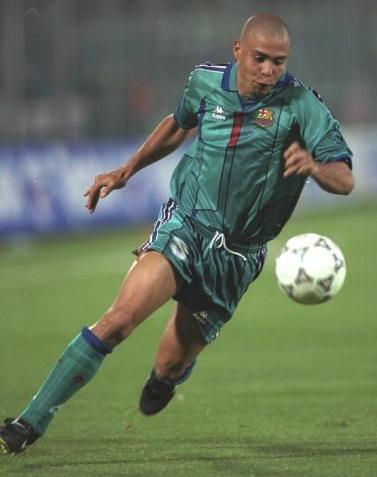 Barselona-96-97-Kappa-second-kit-Ronaldo.jpg