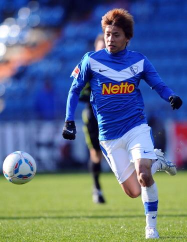 Bochum-11-12-NIKE-first-kit-blue-white-white-Takashi-Inui.jpg