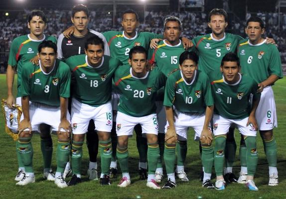 Bolivia-11-12-WALON-home-kit-green-white-green-line-up.JPG