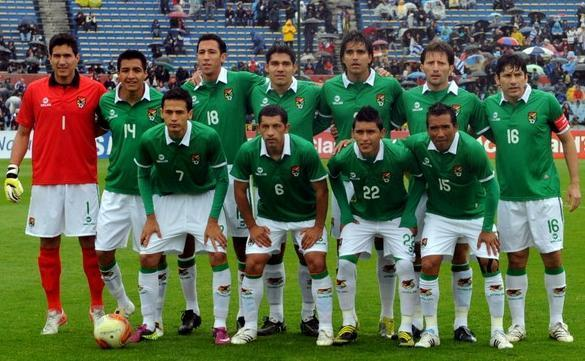 Bolivia-11-12-WARON-home-kit-green-white-white-line-up.JPG