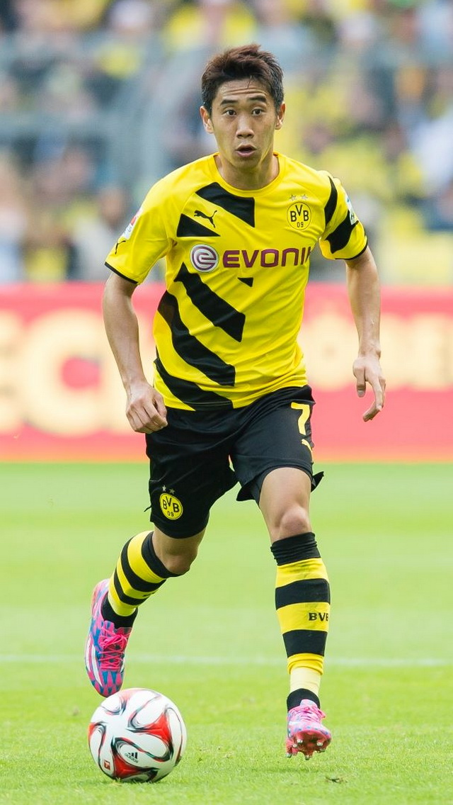 Borussia-Dortmund-14-15-PUMA-first-kit-yellow-black-yellow-Shinji-Kagawa.jpg