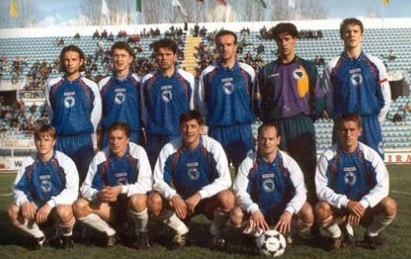 Bosnia-Herzegovina-95-unknown-away-kit-blue-blue-white-line-up.jpg
