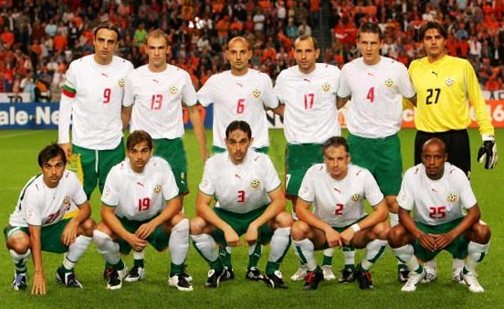 Bulgaria-06-07-PUMA-home-kit-white-green-white-pose.JPG