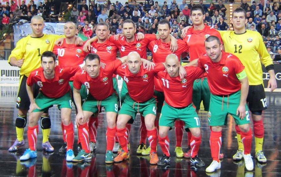Bulgaria-08-09-PUMA-away-kit-red-green-red-line-up-futsal.jpg