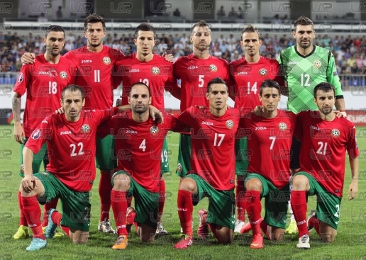 Bulgaria-14-15-Joma-away-kit-red-green-red-line-up.jpg
