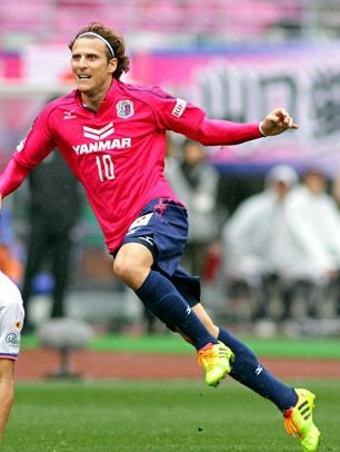 Cerezo-Osaka-2014-Mizuno-first-kit-Diego-Forlan.jpg