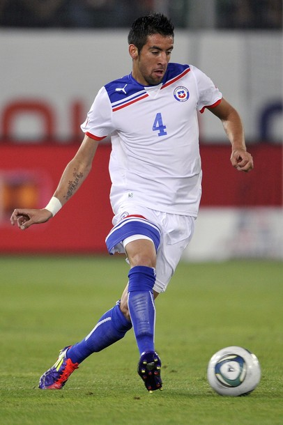 Chile-10-11-PUMA-away-kit-white-white-blue-2.jpg