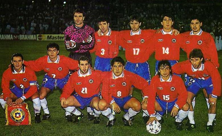 Chile-1995-Rhumell-home-kit-red-blue-white-group-photo.jpg