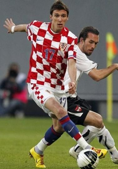 Croatia-10-11-NIKE-home-kit-check-white-blue.JPG