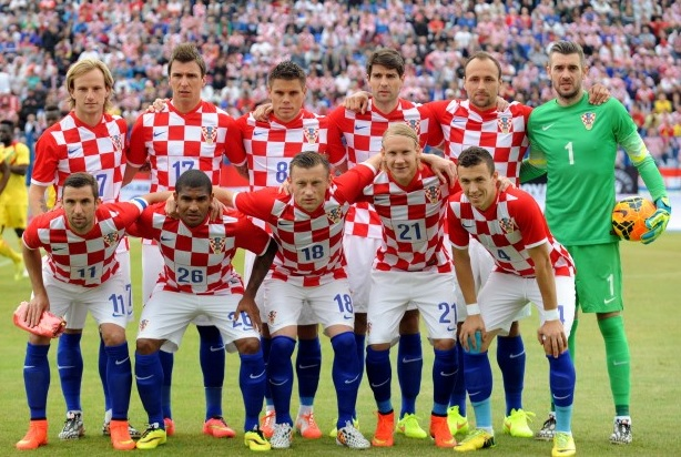 Croatia-14-15-NIKE-home-kit-check-white-blue-group-photo.jpg