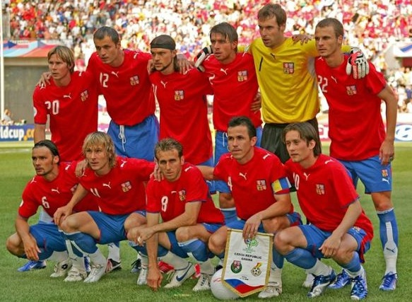 Czech-06-PUMA-world-cup-home-kit-red-blue-blue-group-photo.jpg