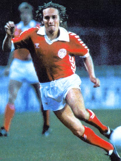 Denmark-78-79-hummel-home-kit-red-white-red.JPG