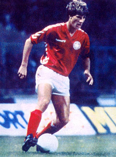 Denmark-83-hummel-home-kit-red-white-red.JPG