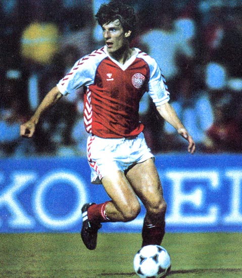 Denmark-84-85-hummel-home-kit-red-white-red.JPG