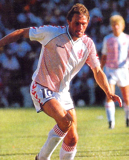 Denmark-86-87-hummel-away-kit-white-white-white.JPG