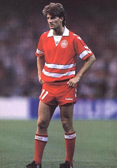 Denmark-88-89-hummel-home-kit-red-red-red.JPG