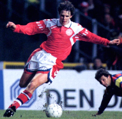 Denmark-92-93-hummel-home-kit-red-white-red-2.JPG
