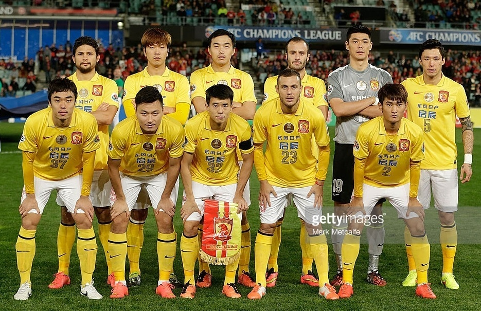 広州恒大-2014-NIKE-away-kit-line-up.jpg