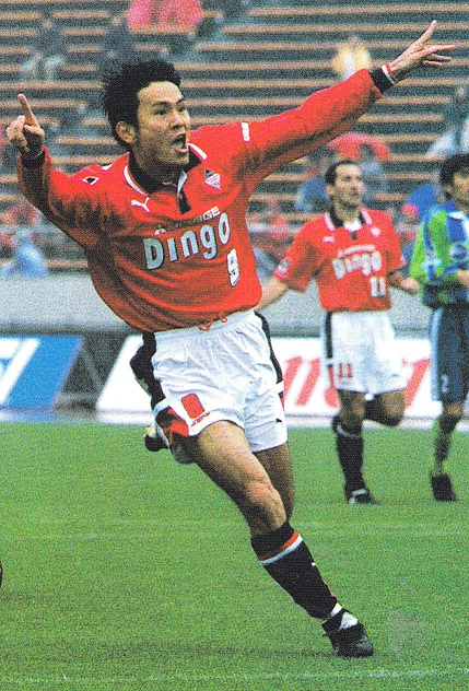 浦和レッドダイヤモンズ-1999-PUMA-first-kit-red-white-black.jpg