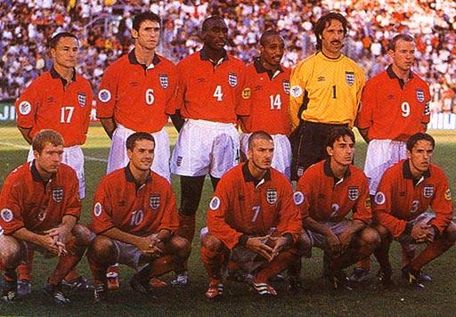 England-00-01-UMBRO-uniform-red-white-red-group.JPG