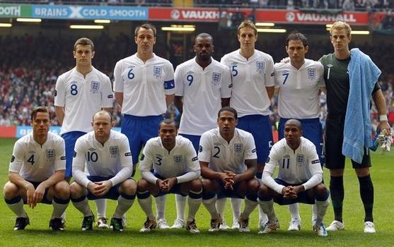 England-10-11-UMBRO-home-kit-white-blue-white-line-up.JPG