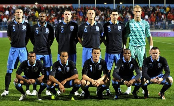 England-11-12-UMBRO-away-kit-navy-light-blue-navy-line-up.JPG
