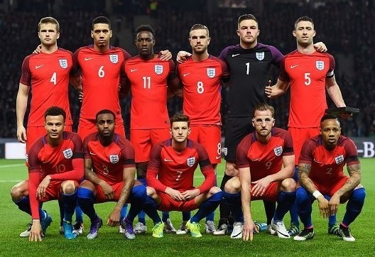 England-2016-NIKE-away-kit-red-red-blue-line-up.jpg