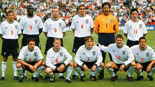 England-99-00-UMBRO-uniform-white-navy-white-group.JPG