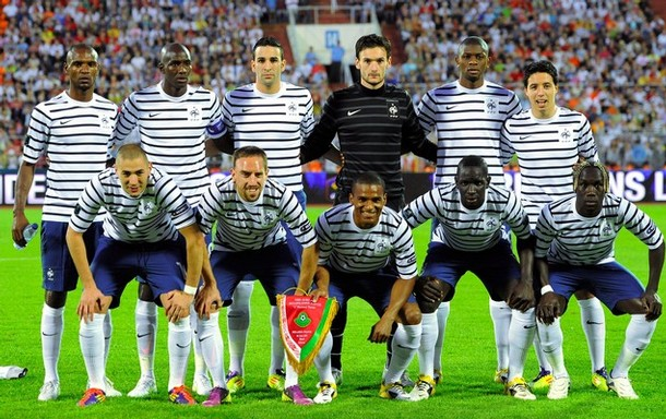 France-11-12-NIKE-away-kit-border-navy-white-line-up.JPG