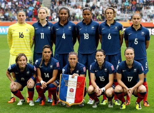 France-11-NIKE-women-home-kit-blue-blue-red-line-up.JPG