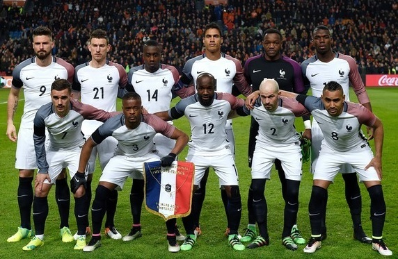 France-2016-NIKE-away-kit-white-white-navy-line-up.jpg