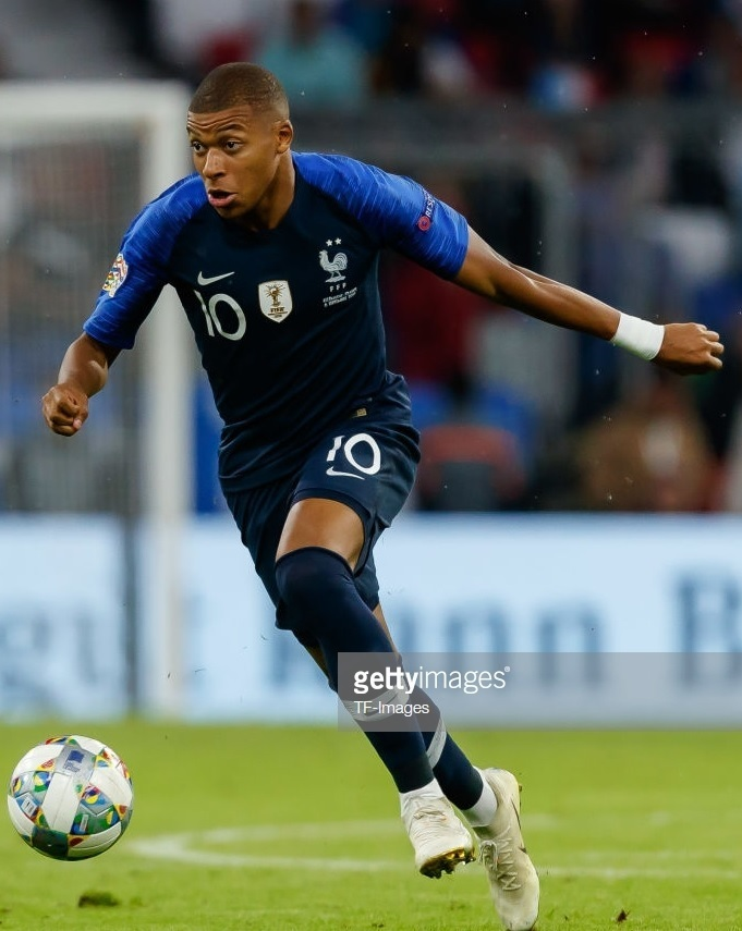 France-2018-19-FIFA-champion-Badge-home-kit-navy-navy-navy-Kylian-Mbappe.jpg