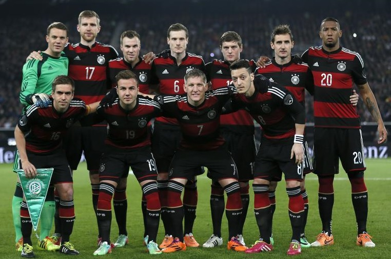 Germany-14-15-adidas-away-kit-red-black-red-group-photo.jpg