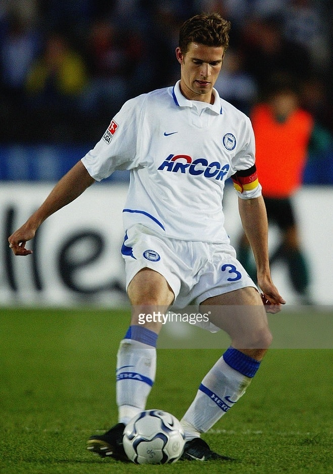 Hertha-Berlin-03-04-NIKE-away-kit.jpg