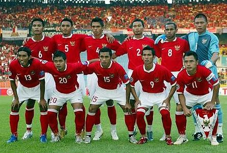 Indonesia-07-NIKE-home-kit-red-white-red-line-up.JPG