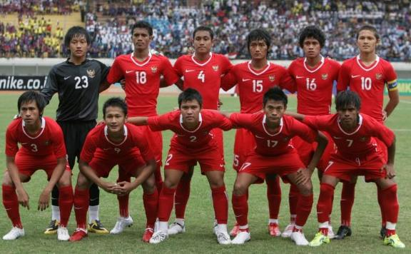 Indonesia-08-10-NIKE-home-kit-red-red-red-line-up.JPG