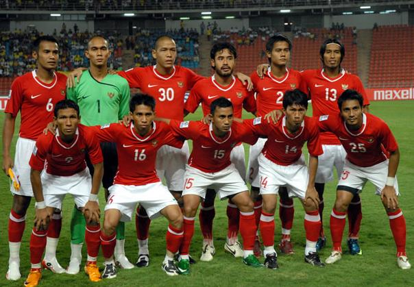 Indonesia-08-10-NIKE-home-kit-red-white-red-line up.JPG
