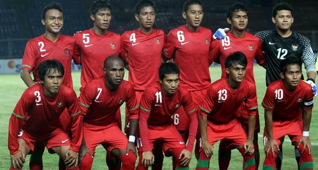 Indonesia-10-11-NIKE-home-kit-red-red-red-group-photo.jpg