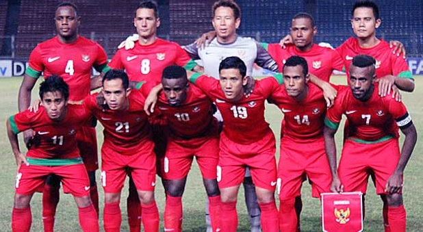 Indonesia-12-13-NIKE-home-kit-red-red-red-group-photo.jpg
