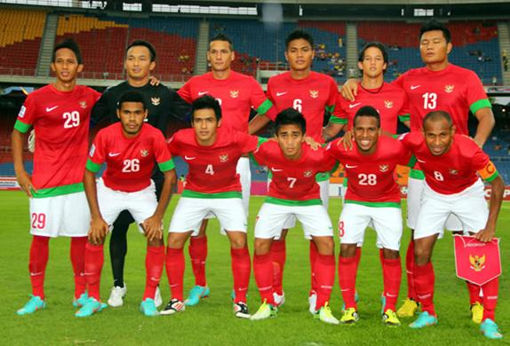 Indonesia-12-13-NIKE-home-kit-red-white-white-line-up.JPG