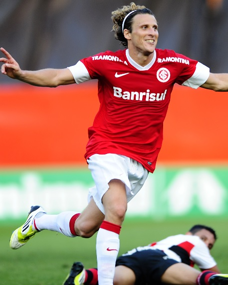 Internacional-2012-2013-NIKE-First-kit-Diego Forlán.jpg
