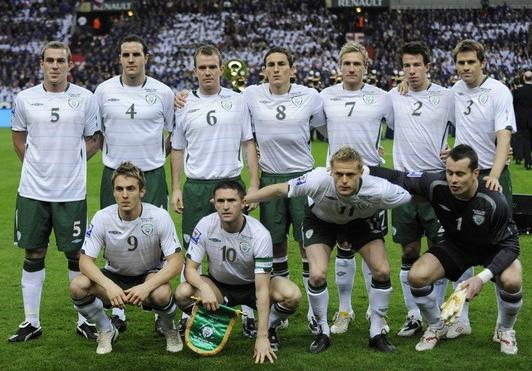 Ireland-09-10-UMBRO-away-white-green-white-pose.JPG
