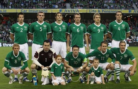 Ireland-10-11-UMBRO-home-kit-green-white-stripe-line-up.JPG