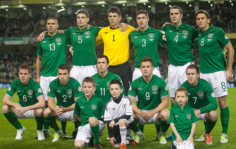 Ireland-12-13-UMBRO-home-kit-green-white-green-line-up.jpg