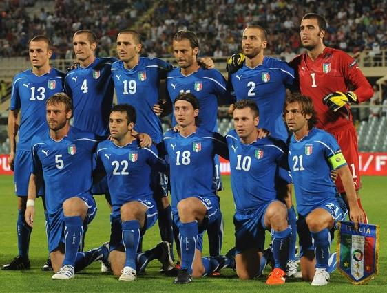 Italy-10-11-PUMA-Euro-home-kit-blue-blue-blue-pose.JPG
