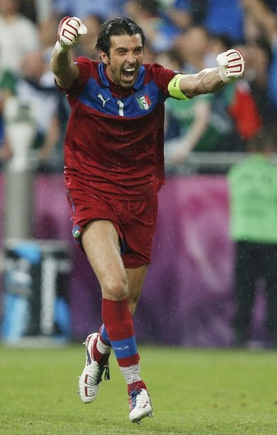 Italy-12-13-PUMA-GK-kit-red-red-red.jpg